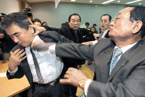 慰安婦の強制に疑問を示しただけで韓国人から殴る蹴るの暴行を受ける李栄薫ソウル大教授