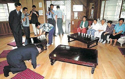 慰安婦強制に懐疑的な学者・李栄薫ソウル大教授は、流血するまで殴る蹴るの暴行を受け、結局、元売春婦の前で「強制土下座謝罪」させられた!