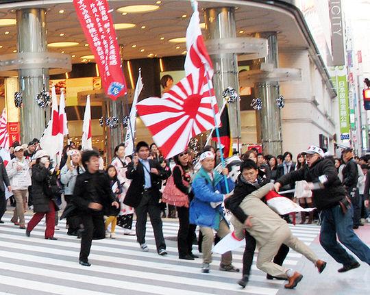 朝鮮学校への抗議デモ参加者に飛びかかり妨害 27歳男の崔檀悦(チェ・ダンヨル)を逮捕(2010年12月5日、東京都渋谷区)