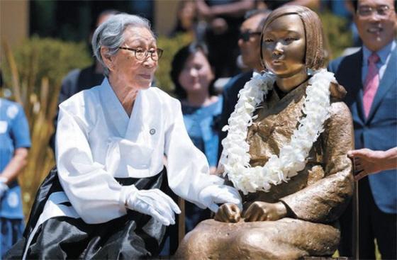 7月30日に米カリフォルニア州グレンデール市に設置された従軍慰安婦を象徴する少女像。金福童キム・ボクトン