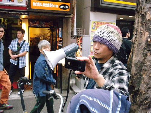 平成25年5月19日、新大久保で行われた【通名制度の悪用をなくせ!デモin新大久保】で、我々のデモを撮影するレイシストしばき隊「野間易通」の証拠写真.