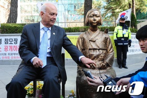 フランク・クィンテロ元市長は、2013年4月に訪韓。慰安婦博物館・ナヌムの家を訪問し、少女像と一緒に記念写真撮影し、すっかり韓国のねつ造慰安婦プロパガンダを信じているformer-mayor-Frank-Quintero_2