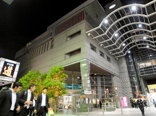 「YES・NAMBA」=17日夜、大阪市中央区、伊藤進之介撮影