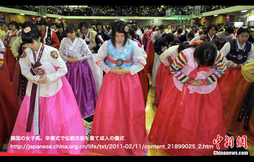 韓国の女子高、卒業式で伝統衣装を着て成人の儀式