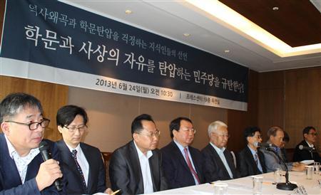 韓国の出版社、教学社の高校歴史教科書をめぐり、左派や野党陣営が学問の自由を弾圧・妨害し、歴史を歪曲したとして抗議の声を上げる保守系の研究者たち=6月24日、ソウル(加藤達也撮影)