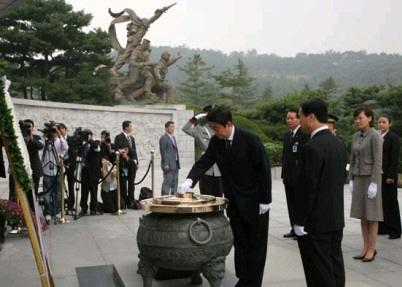 安倍晋三\韓国重視\国立顕忠院で献花する安倍総理