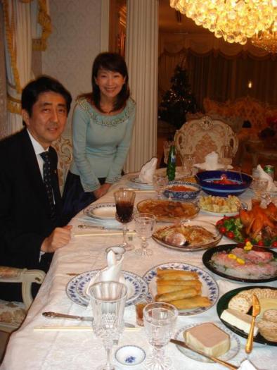 安倍晋三・昭恵夫妻と支那共産党工作員で詐欺師のアグネス・チャンとのクリスマスパーティーの様子(2006年12月25日)