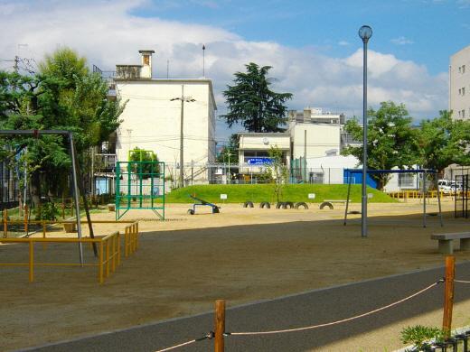 勧進橋児童公園(2012年9月に撮影)、公園の向こう側の建物が朝鮮学校の校舎