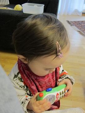 娘と携帯のおもちゃ