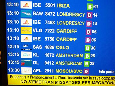 バルセロナ空港の出発便のモニター