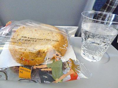 機内食のサンドイッチとペリエ