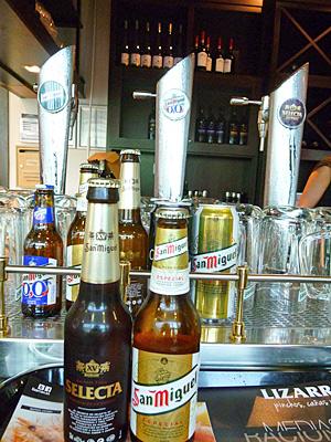 ビールサーバーと瓶ビールたち