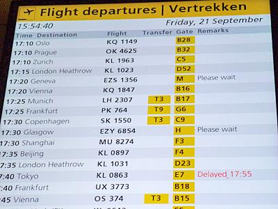 スキポール空港で出発便のモニター