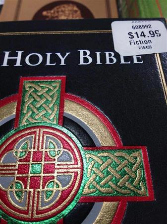 20140113「フィクション」のラベルをつけて売られていた聖書。牧師がネットにアップし、店側が謝罪する事態になった=2013年11月20日(AP)