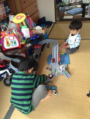 トミカで遊ぶ兄弟