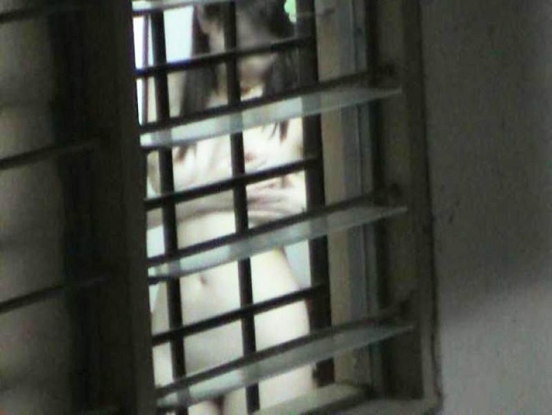 ベランダに侵入して部屋を覗いた盗撮画像 img012