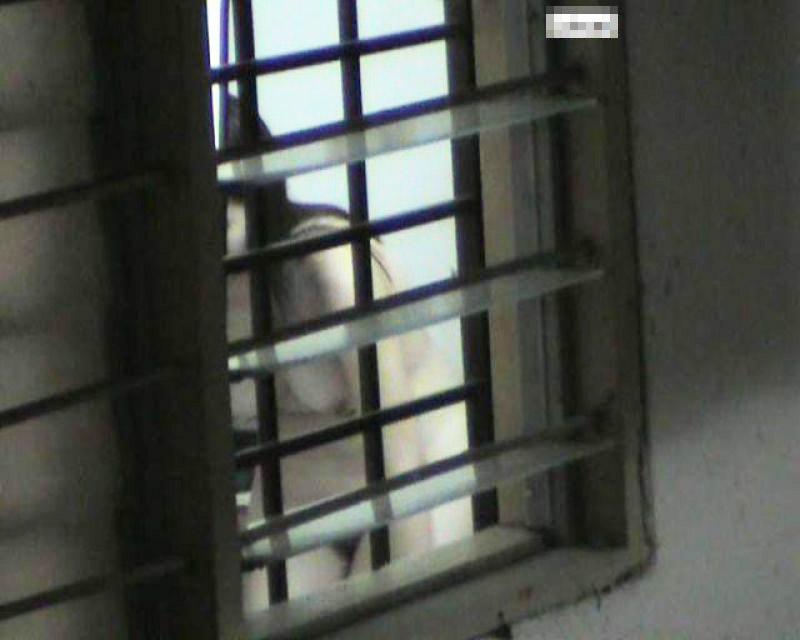 ベランダに侵入して部屋を覗いた盗撮画像 img024