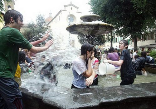 flour-egg-fight-italy-25.jpg