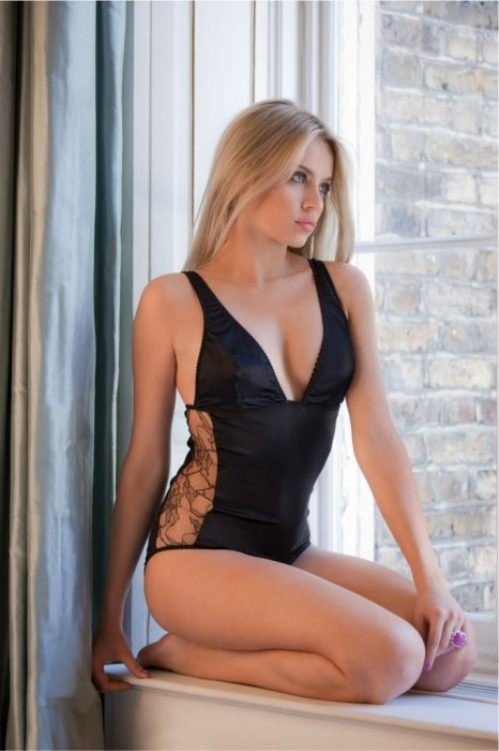 sexy-girls-in-one-piece-bathing-suits15.jpg