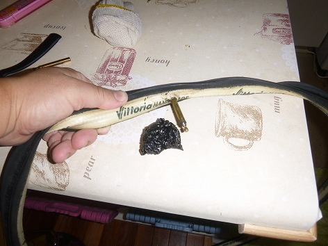 自転車の 自転車 リムテープ ママチャリ : 剥がしたリムテープの残骸と ...