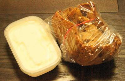 全粒粉ライ麦パンとヨーグルトディップ