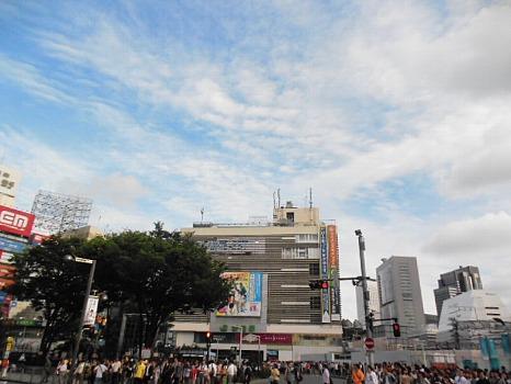 梅雨の新宿駅