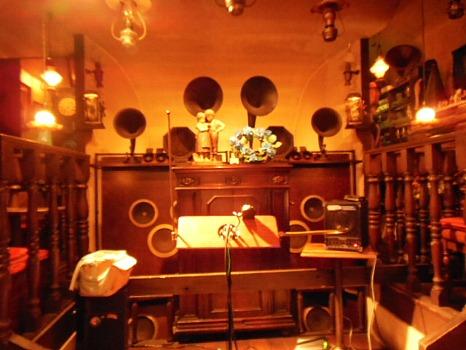 ヴィオロンの店内と楽器テルミン