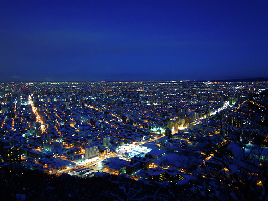 マジックアワーの円山頂上からの夜景。