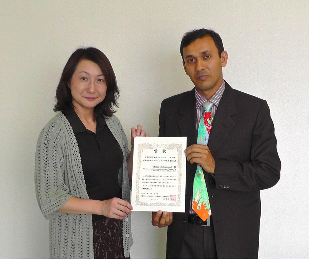 指導教員の小口准教授(写真左)と修士課程のRajib Mohammad さん(写真右)
