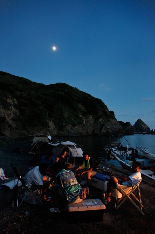 月夜の下でキャンプ