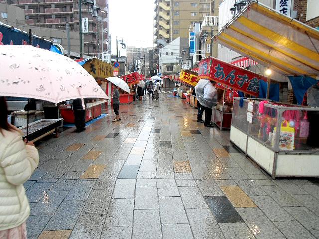 露天商に降る雨