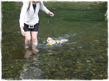 泳ぐ練習中