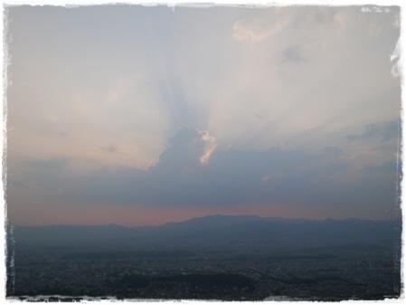 太陽の光と雲のハーモニー