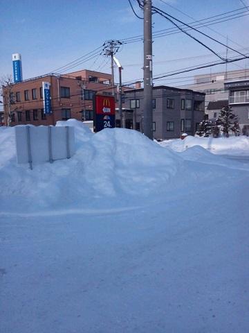20131231用・道路脇の雪山