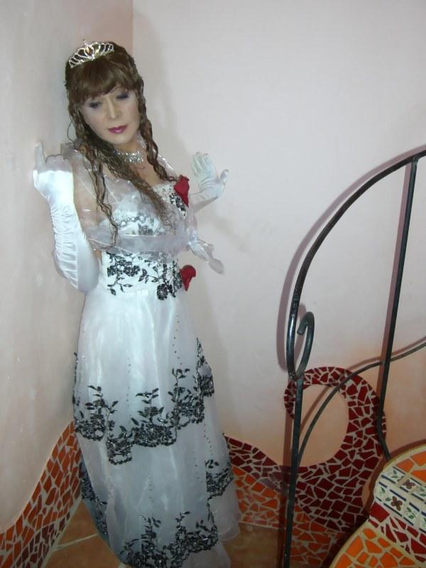 070814サファィヤ白ドレス(1)