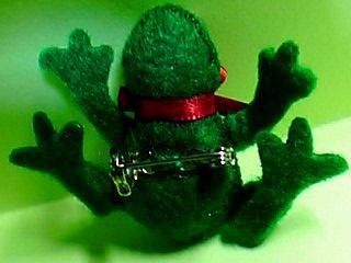 蛙ブローチのおなか側