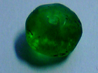 緑色のウランガラスビーズ