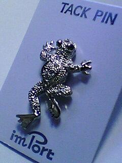 蛙のタックピン 目は緑色