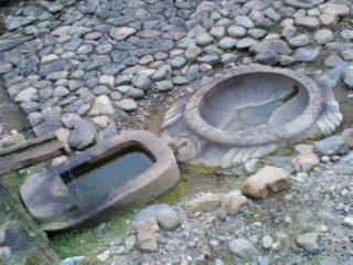 亀形石造物と小判形石造物