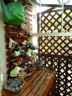 エアコン室外機の上の蛙棚