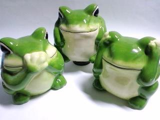 かえるの置物 三猿ならぬ三蛙‥ミカエル?