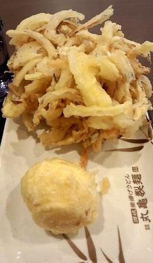 半熟玉子天(110円)野菜かき揚げ(130円)丸亀