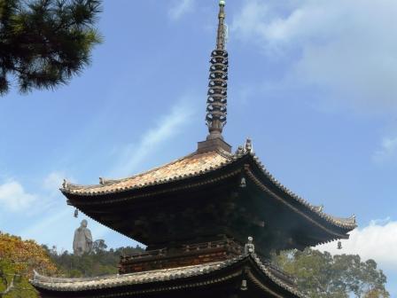 石手寺 三重塔 と 弘法大師像 1