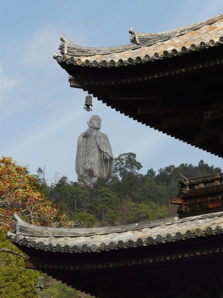 石手寺 三重塔 と 弘法大師像 2