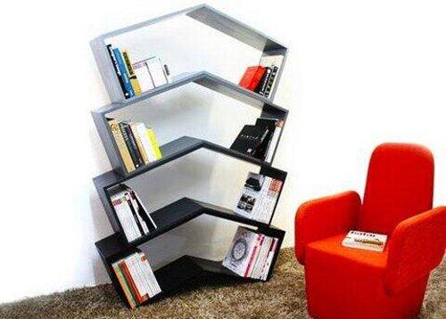 ブックエンドがなくても本が倒れない斬新なデザインの棚