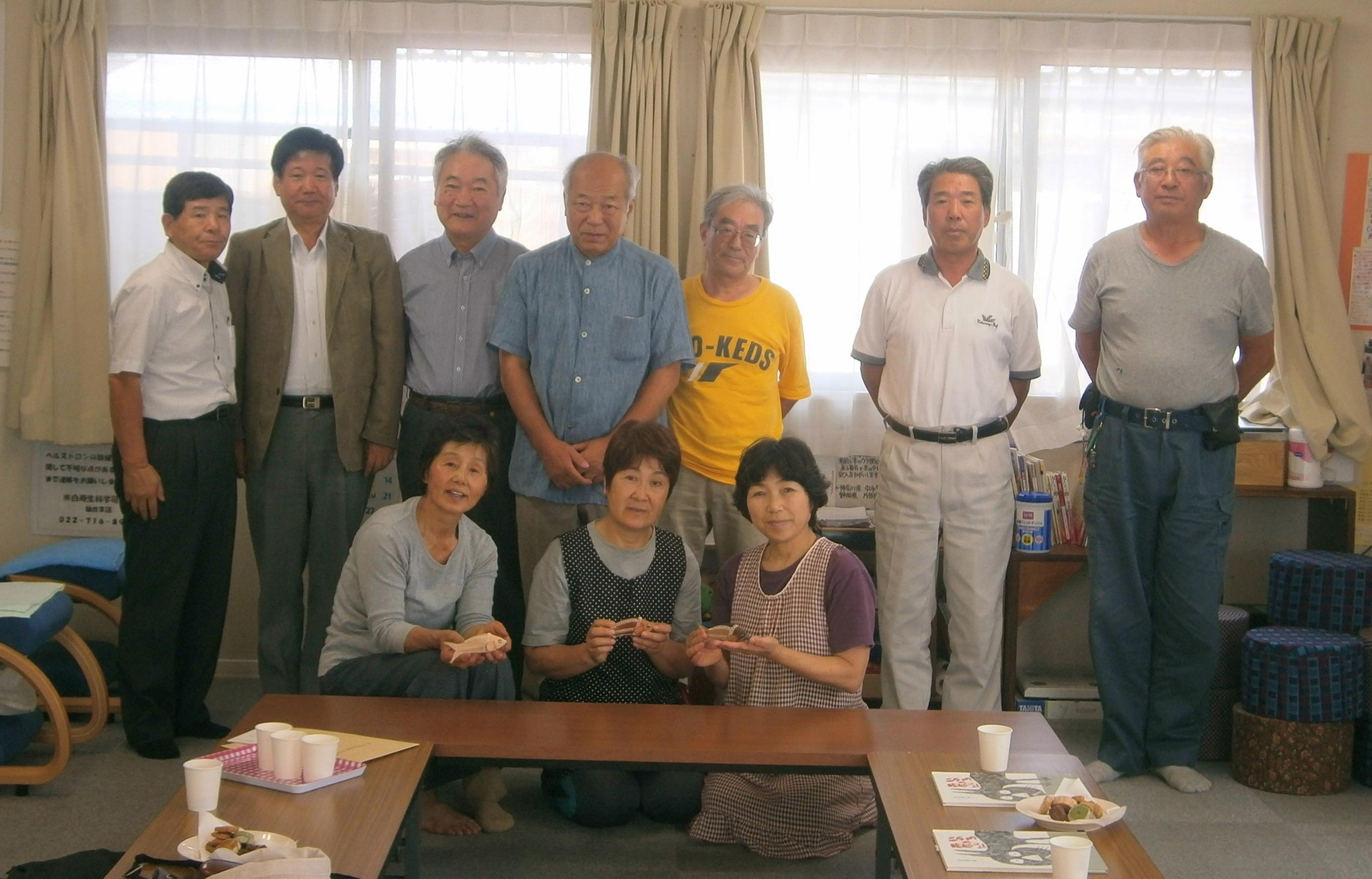 岡田西町仮設住宅自治会のみなさんと記念写真。