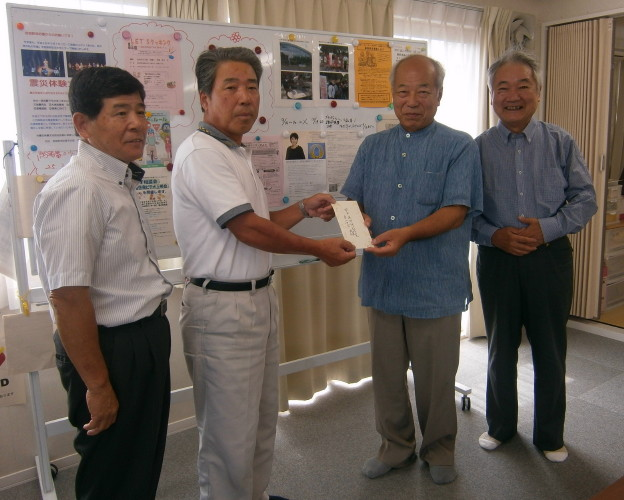 岡田西町仮設住宅自治会二瓶勝男会長(左2番目)に支援金を渡しました。_1