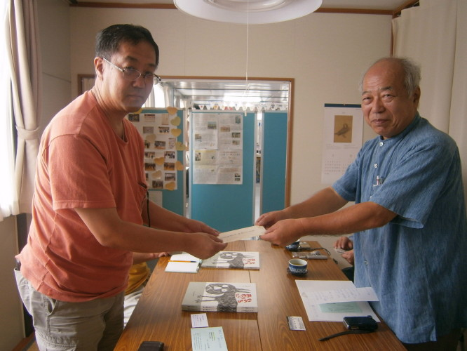 飯塚会長に支援金を渡しました。_1