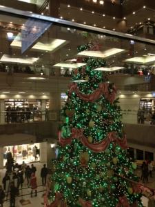 ランドマークのクリスマスツリー緑