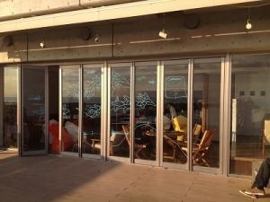 s-テラスに外から見たカフェ